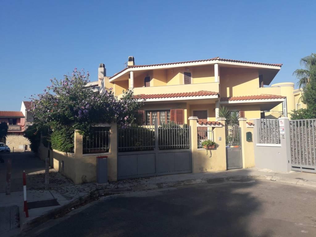 Villa trilivelli con giardino su tre lati