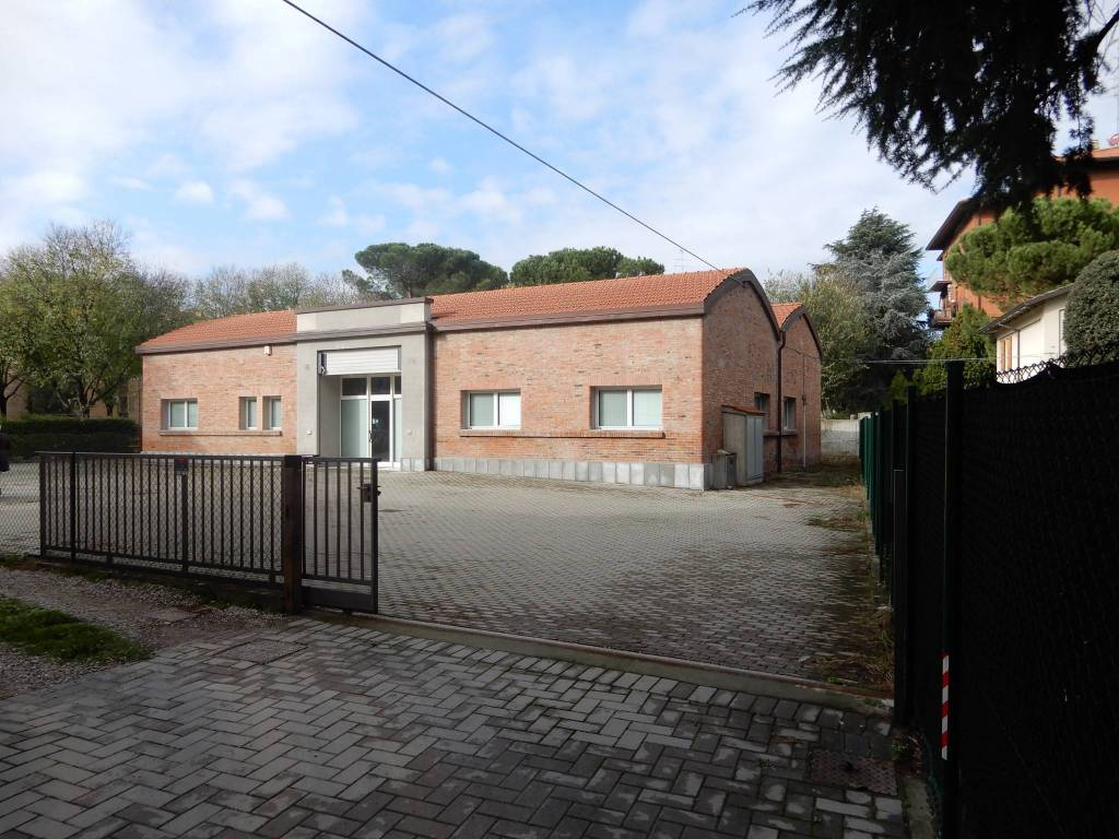 Ufficio di mq 300 con ampio cortile esclusivo Rif. 8914213