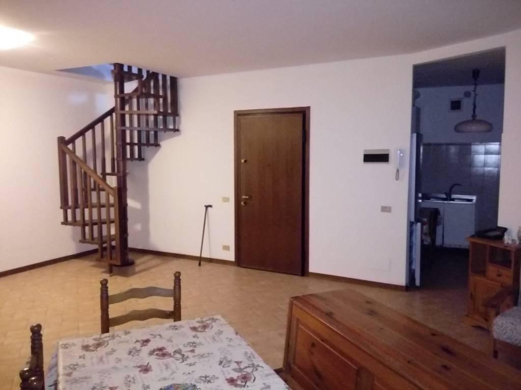 Appartamento in buone condizioni in vendita Rif. 8898806