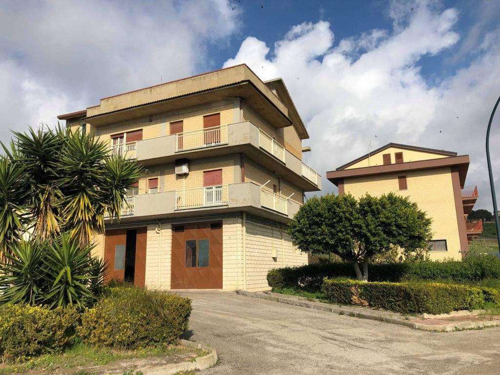 Stabile / Palazzo in ottime condizioni in vendita Rif. 8925295