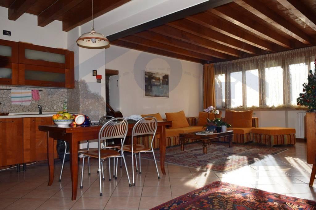 Appartamento in ottime condizioni parzialmente arredato in vendita Rif. 8922765