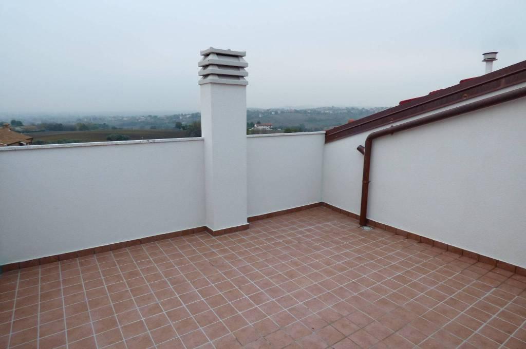 Montemarciano appartamento panoramico con garage