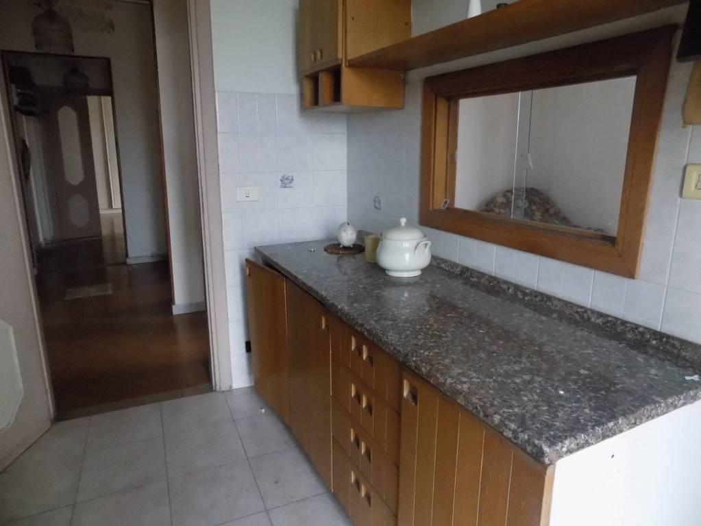 Appartamento in buone condizioni parzialmente arredato in affitto Rif. 8939632
