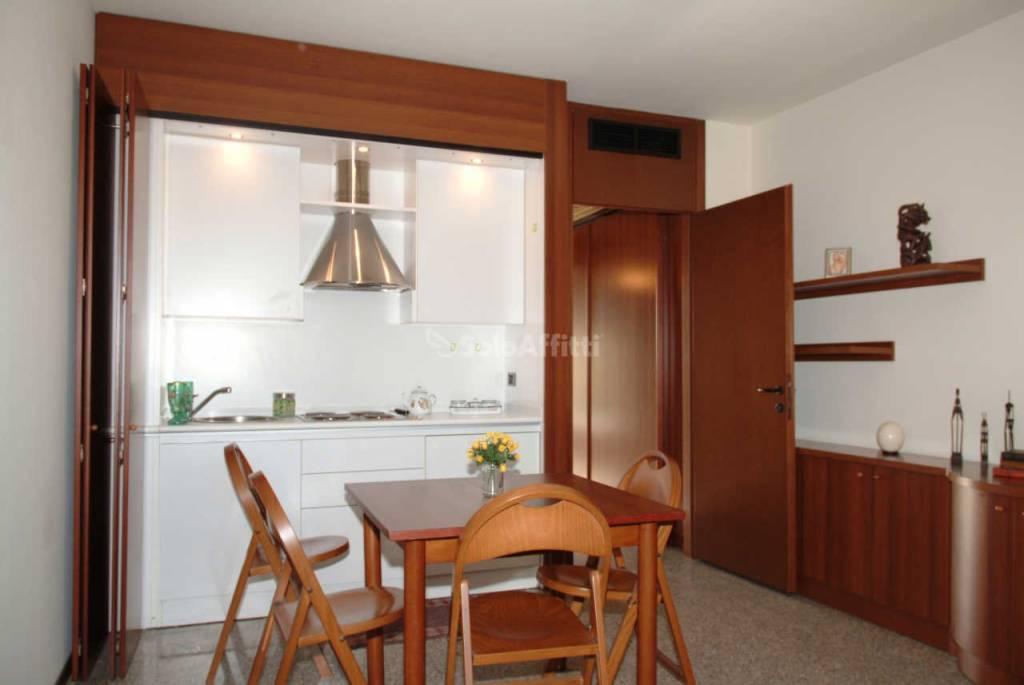 Appartamento in buone condizioni arredato in affitto Rif. 8965466