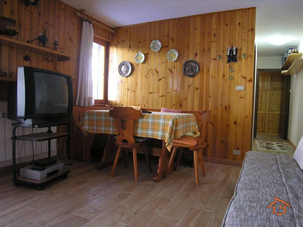 Appartamento in ottime condizioni arredato in vendita Rif. 8949380