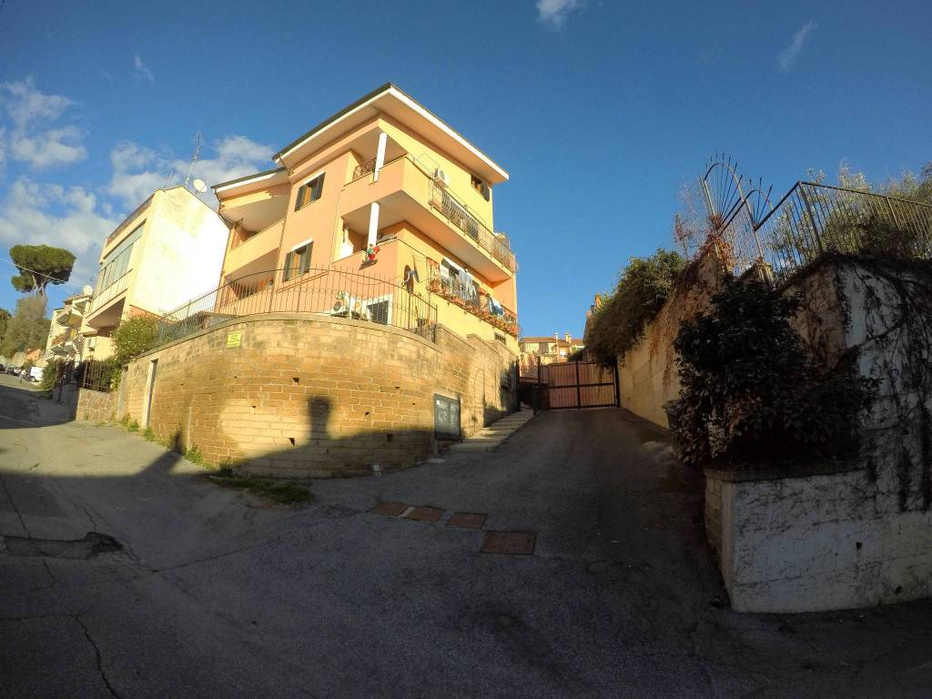 Appartamento in buone condizioni in vendita Rif. 8960337