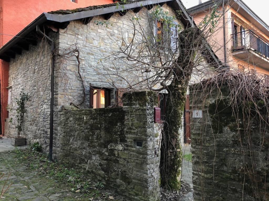Berceto zona Duomo casa in sasso dell'800 con giardino