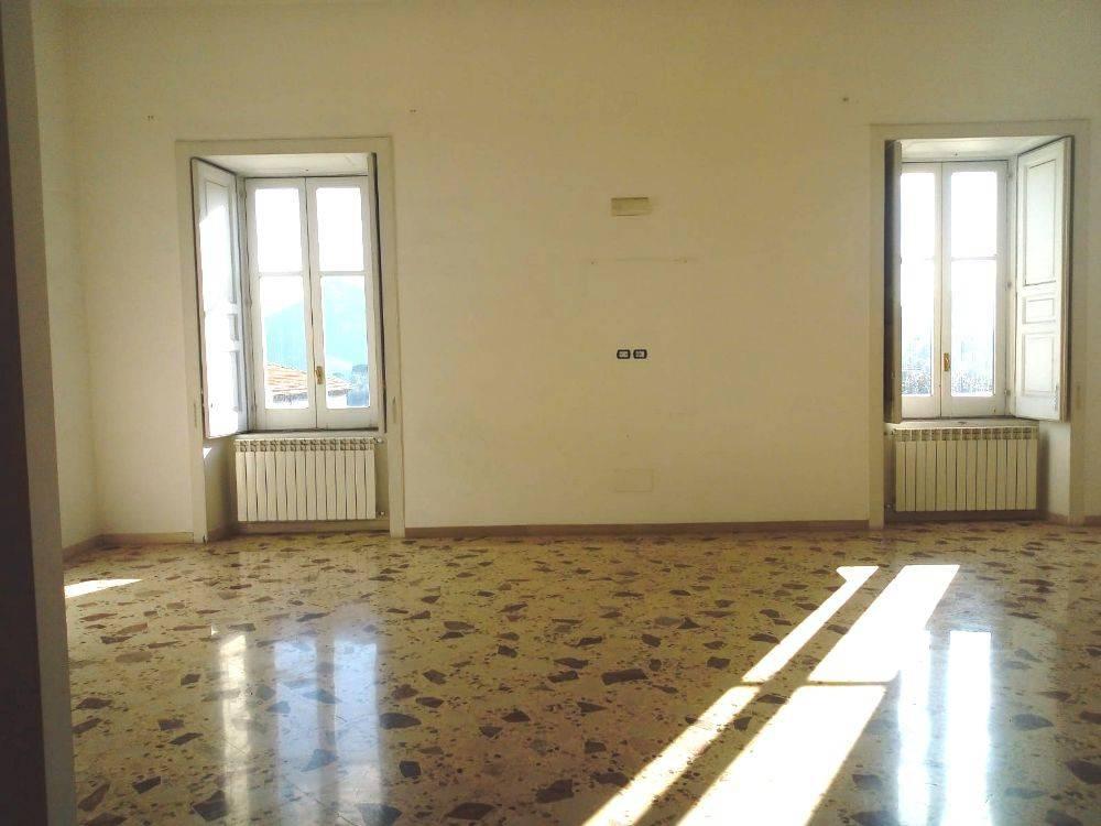 Appartamento in buone condizioni in affitto Rif. 8974772