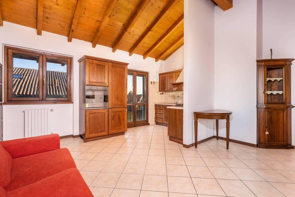 Appartamento in ottime condizioni parzialmente arredato in vendita Rif. 8971956
