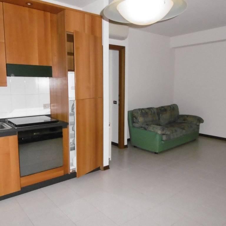 Appartamento in buone condizioni parzialmente arredato in vendita Rif. 9000526
