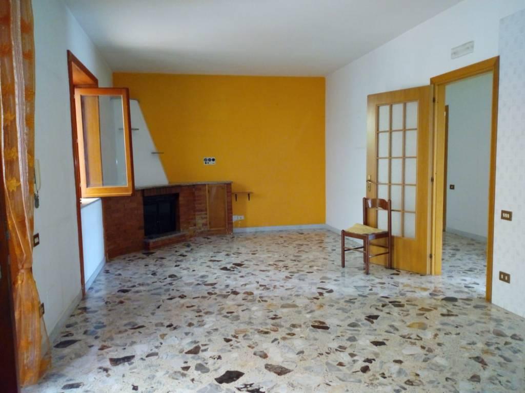 Appartamento in buone condizioni in affitto Rif. 8999579