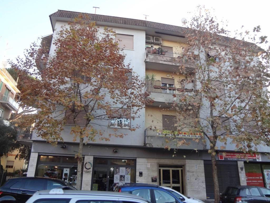 Appartamento in buone condizioni in affitto Rif. 8998430
