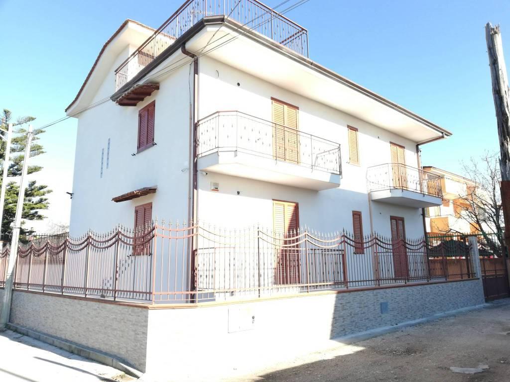 Appartamento in buone condizioni in affitto Rif. 9045236