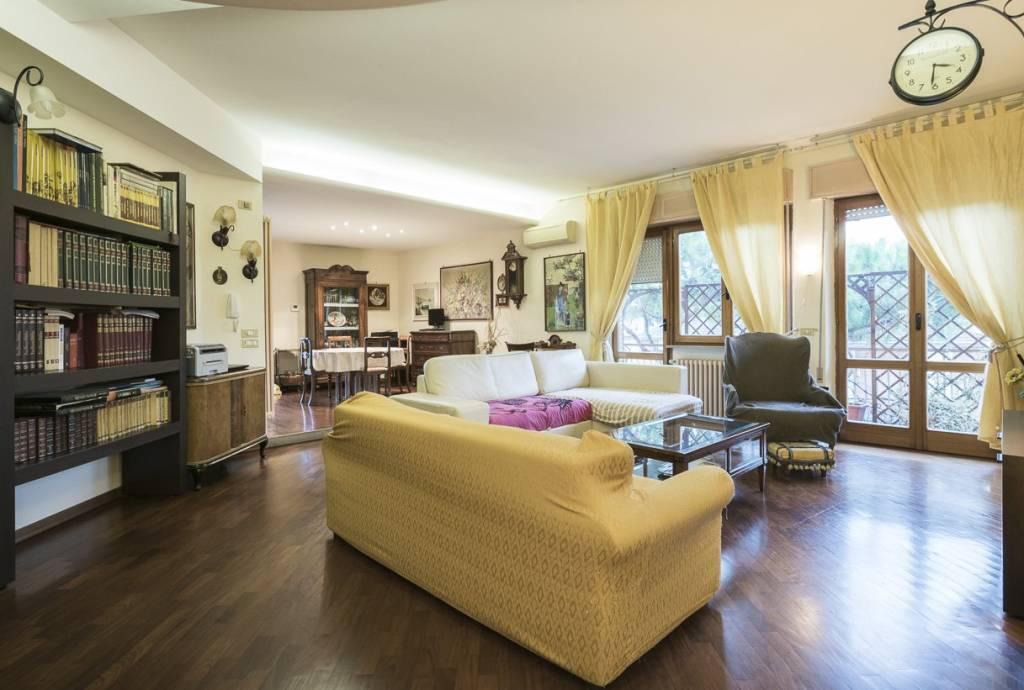 Appartamento in buone condizioni in vendita Rif. 9052985