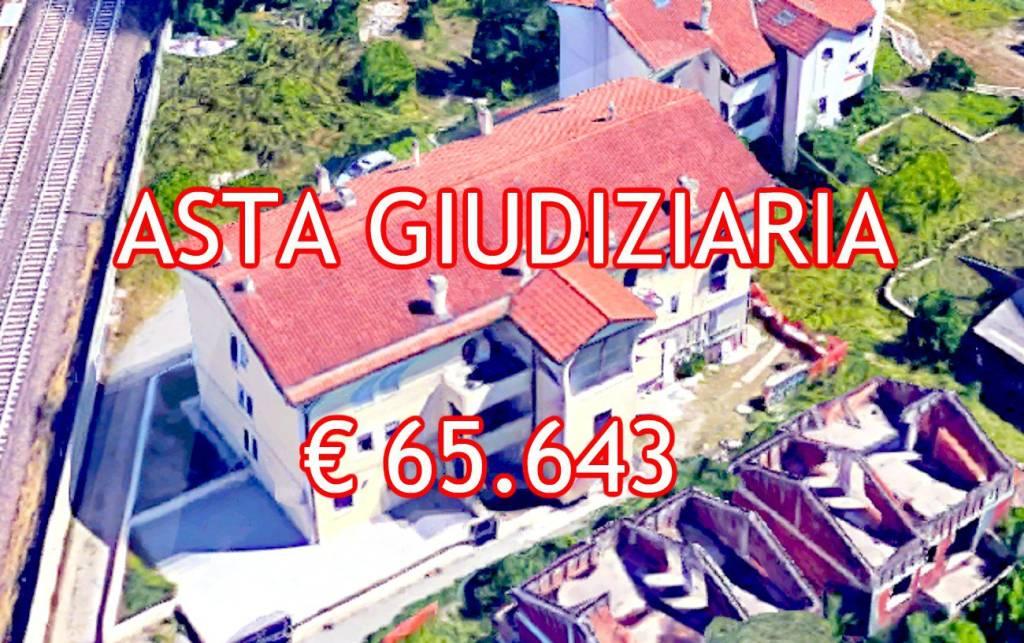 Appartamento in buone condizioni in vendita Rif. 9065475