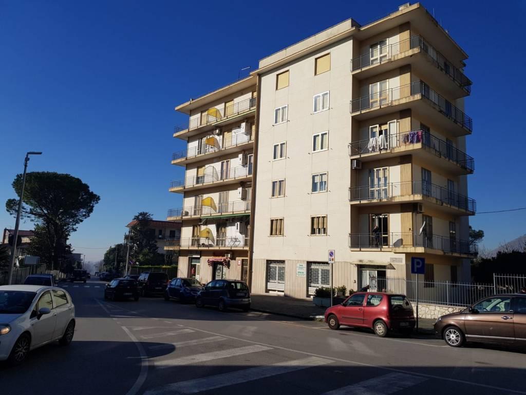 Appartamento in buone condizioni in vendita Rif. 9076351
