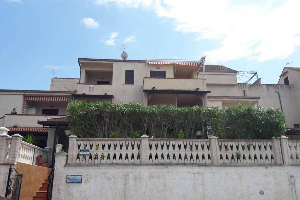 Appartamento in buone condizioni arredato in vendita Rif. 9076473