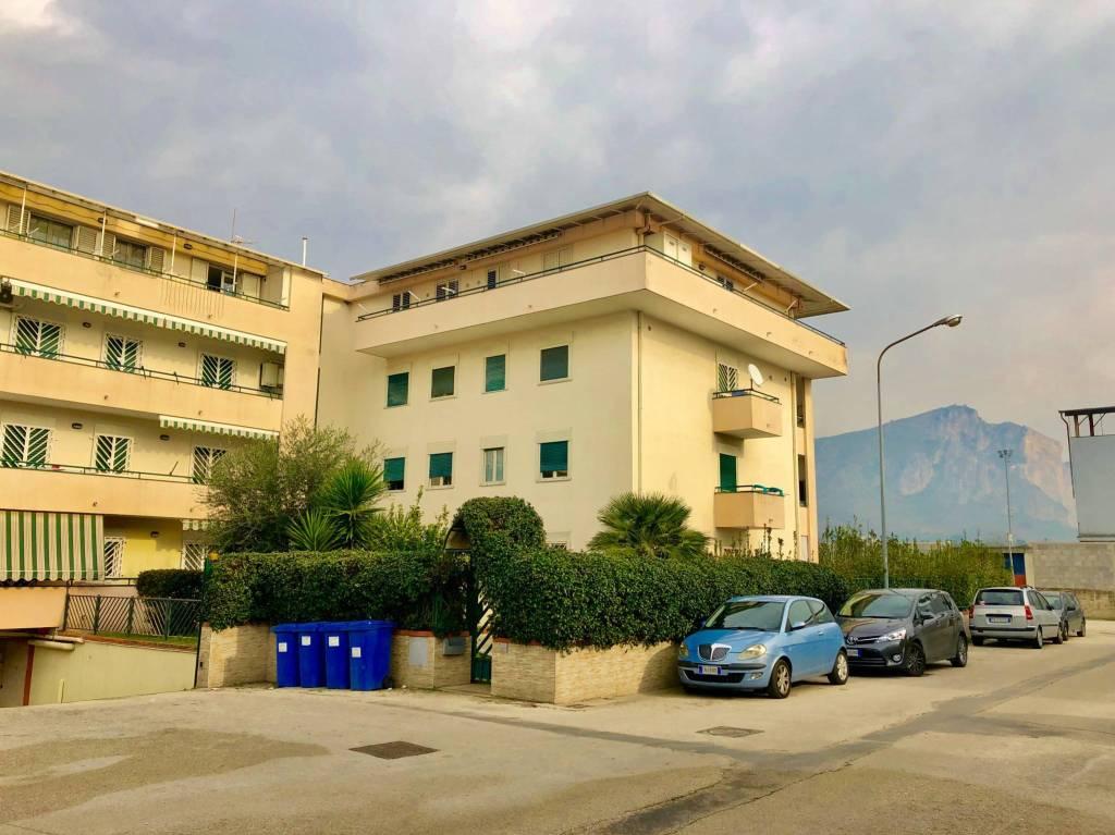 Appartamento in buone condizioni parzialmente arredato in vendita Rif. 9078392