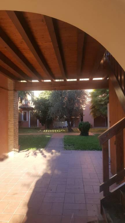 Appartamento in buone condizioni arredato in affitto Rif. 9088562