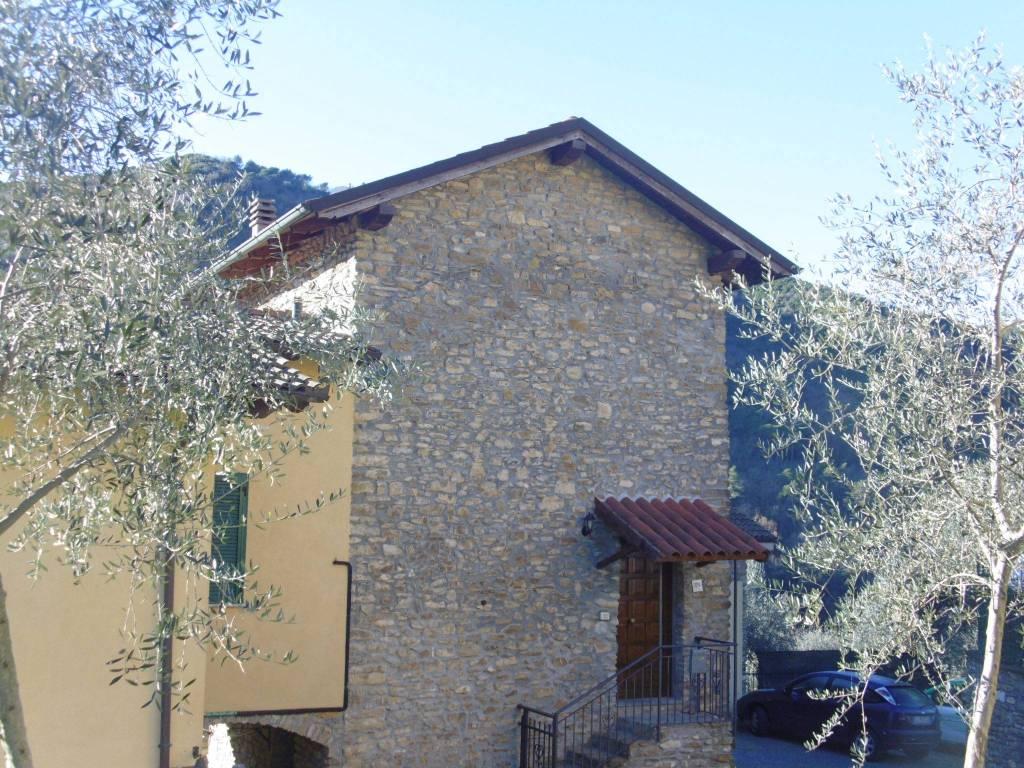 Appartamento in buone condizioni parzialmente arredato in vendita Rif. 9085607