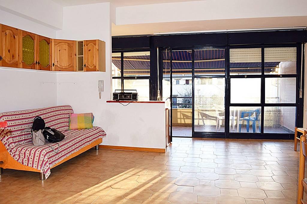 Appartamento in buone condizioni parzialmente arredato in vendita Rif. 9085601