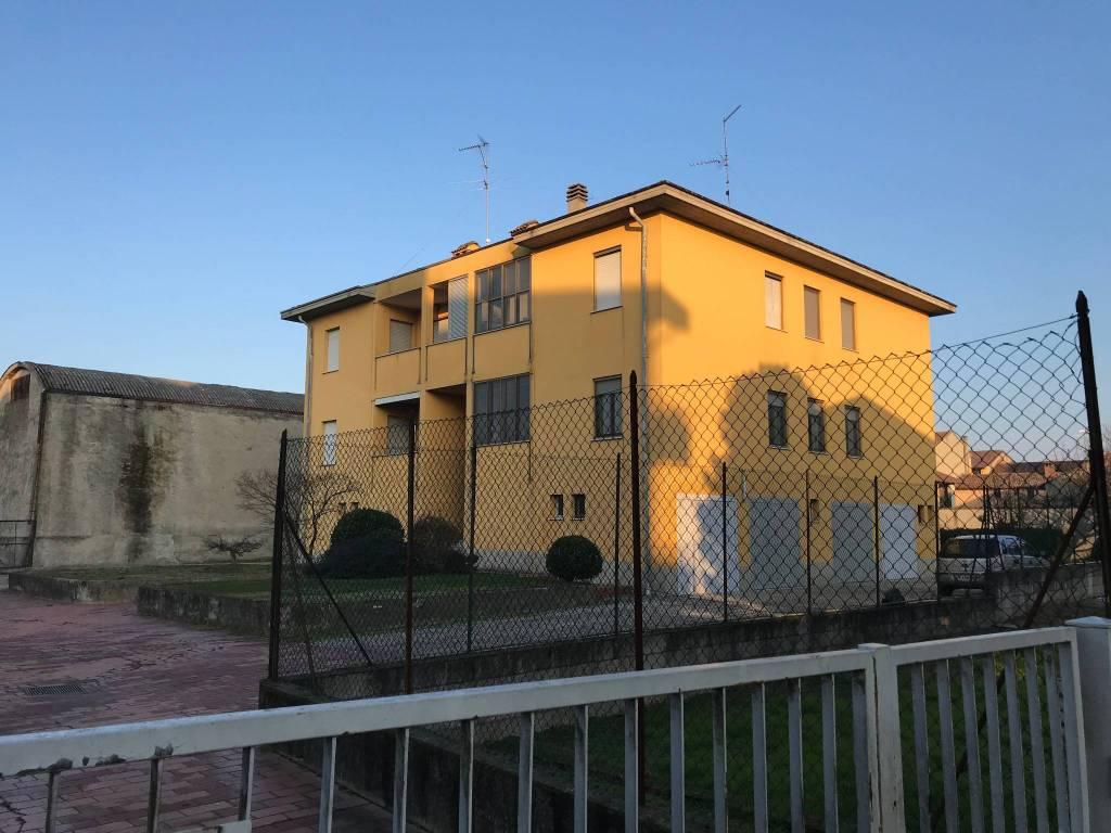 Appartamento in buone condizioni in affitto Rif. 9085592