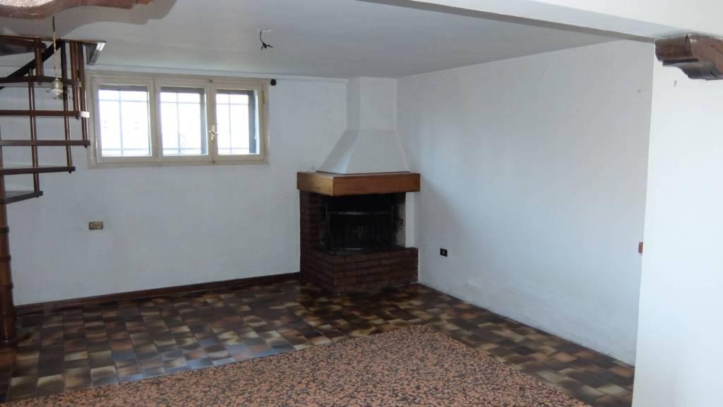 Appartamento in buone condizioni in vendita Rif. 9096645