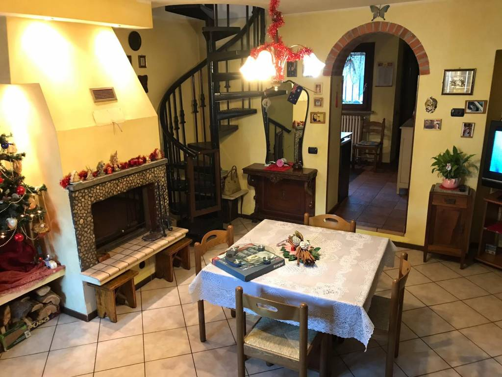 Appartamento in buone condizioni in vendita Rif. 9108028