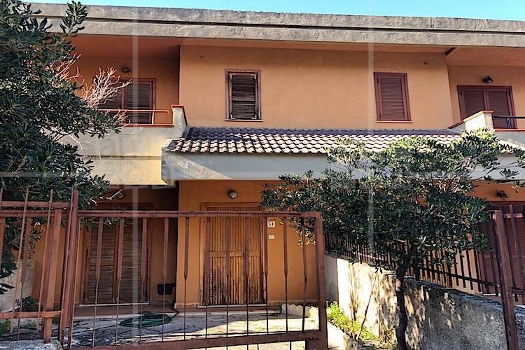 Villa in buone condizioni parzialmente arredato in vendita Rif. 9107926