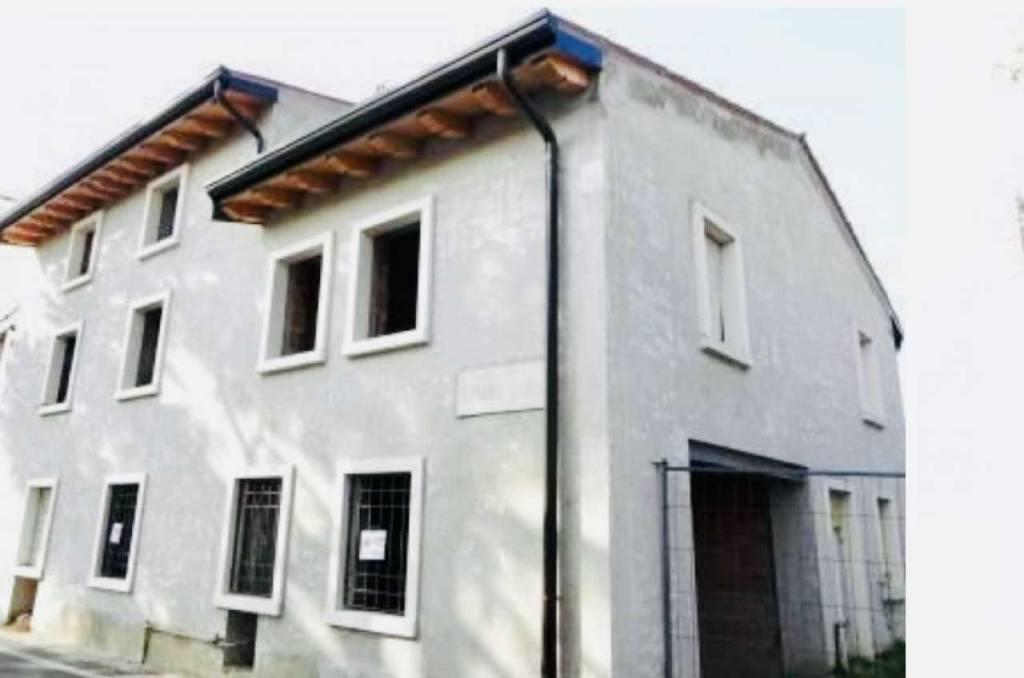 Rustico / Casale in vendita a Verona, 5 locali, prezzo € 240.000 | CambioCasa.it