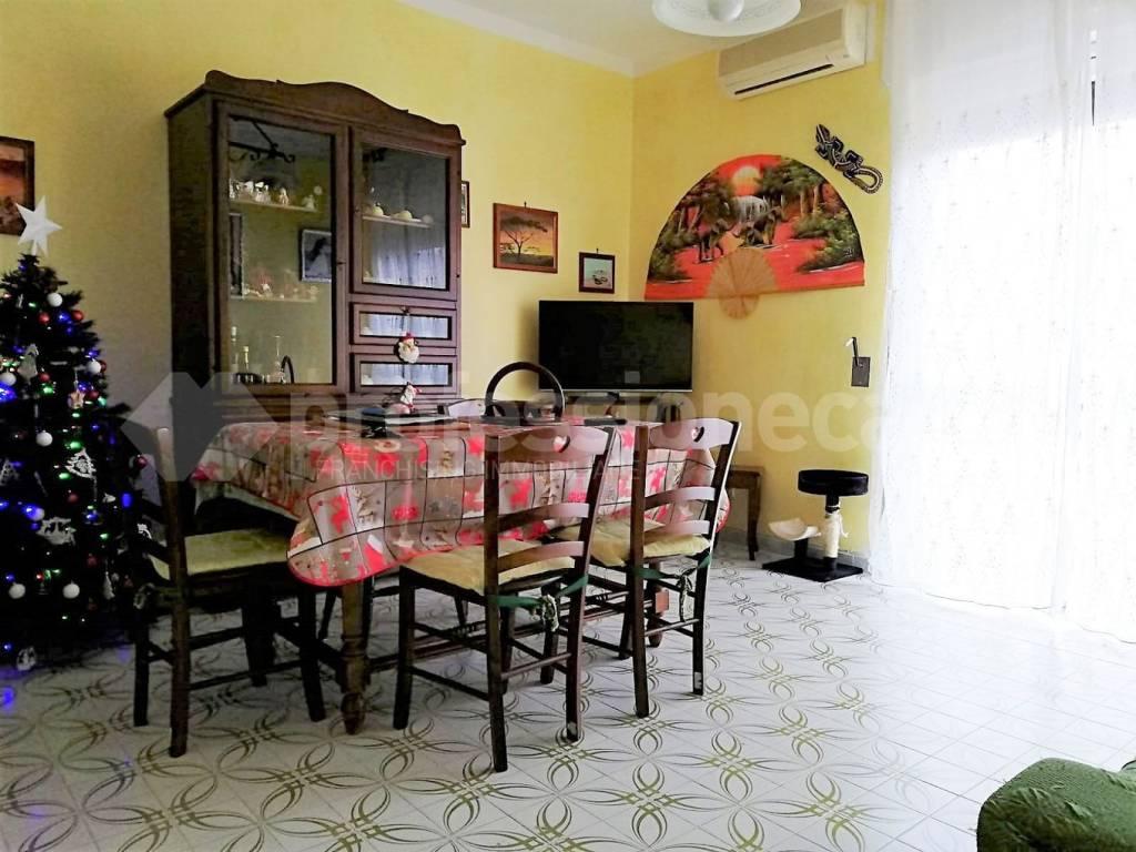 Appartamento in buone condizioni in vendita Rif. 9123124