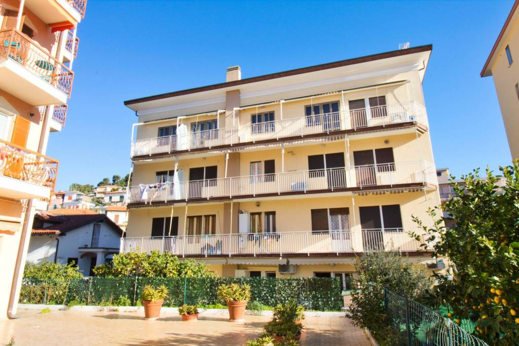 Appartamento da ristrutturare in vendita Rif. 9126321