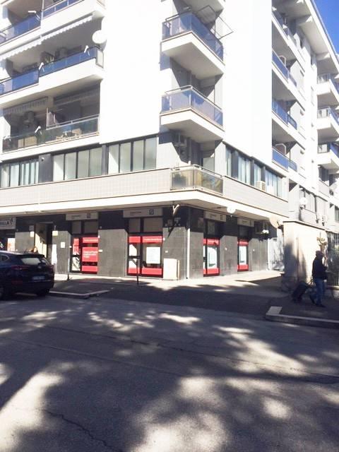 Zona Ospedale D'Avanzo, locale commerciale quattro vetrine