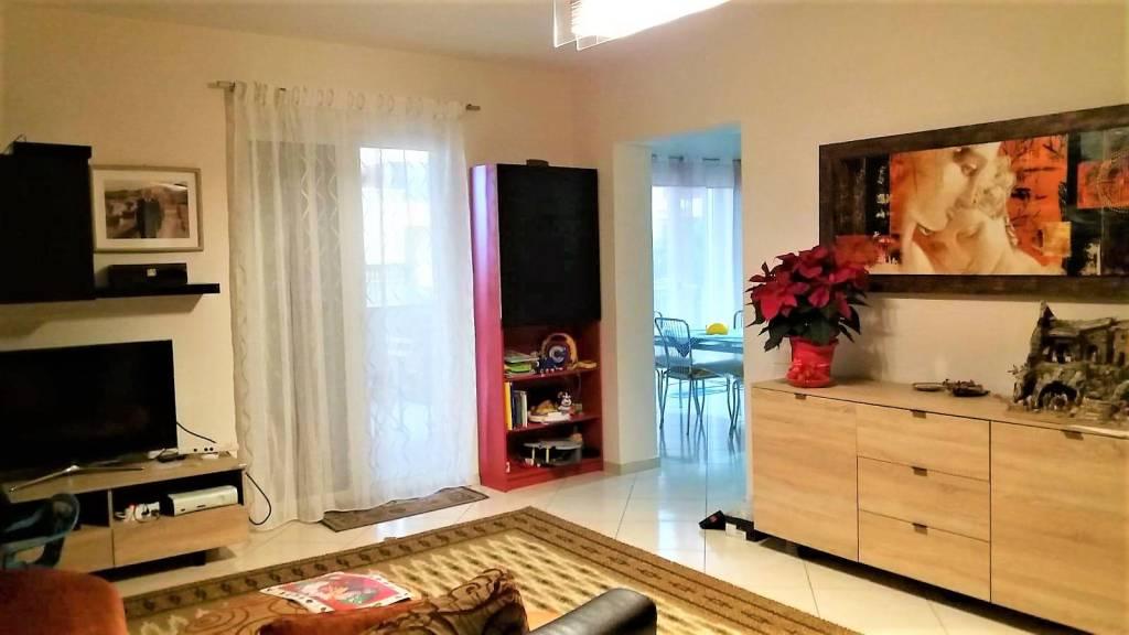 Appartamento in buone condizioni in affitto Rif. 9163454