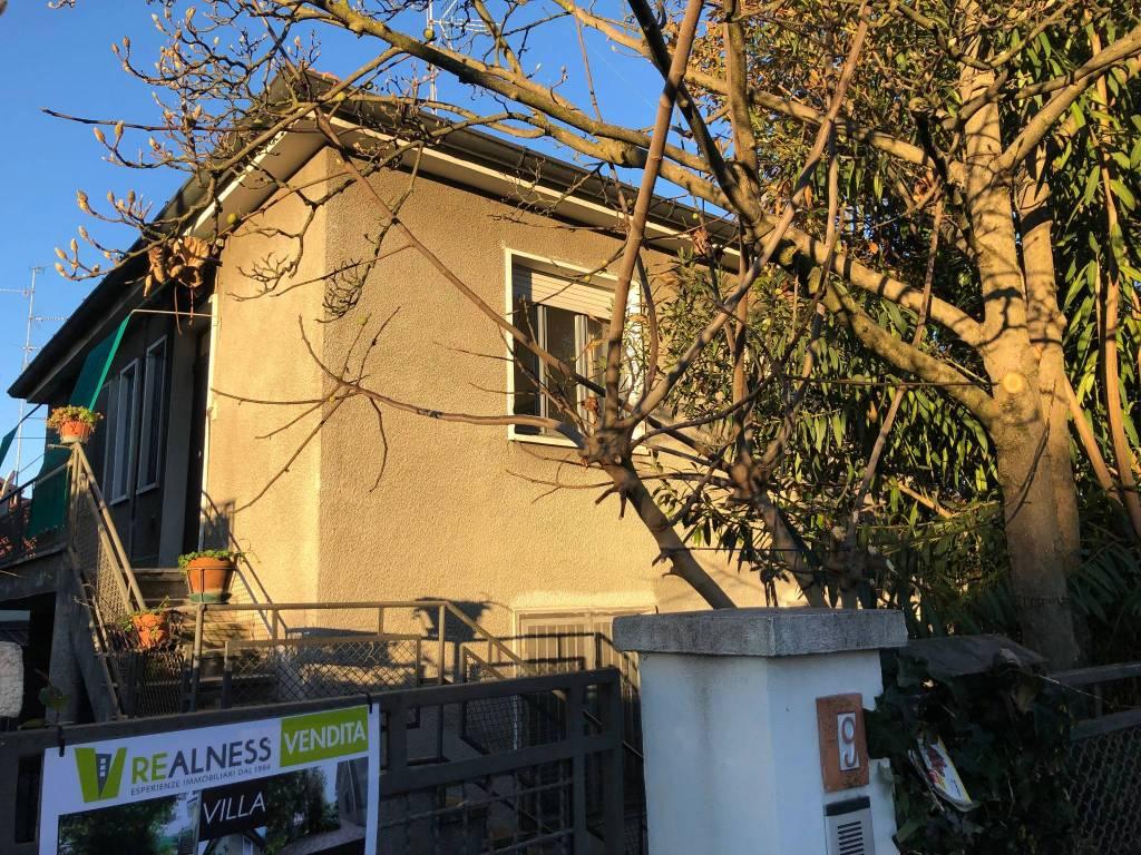 Villa in vendita 6 vani 168 mq.  via delle Viole 9 Milano