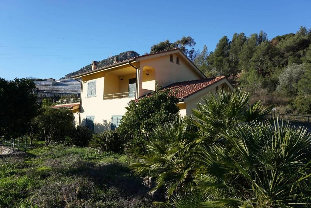 Villa in vendita a Vallecrosia, 10 locali, prezzo € 500.000 | CambioCasa.it