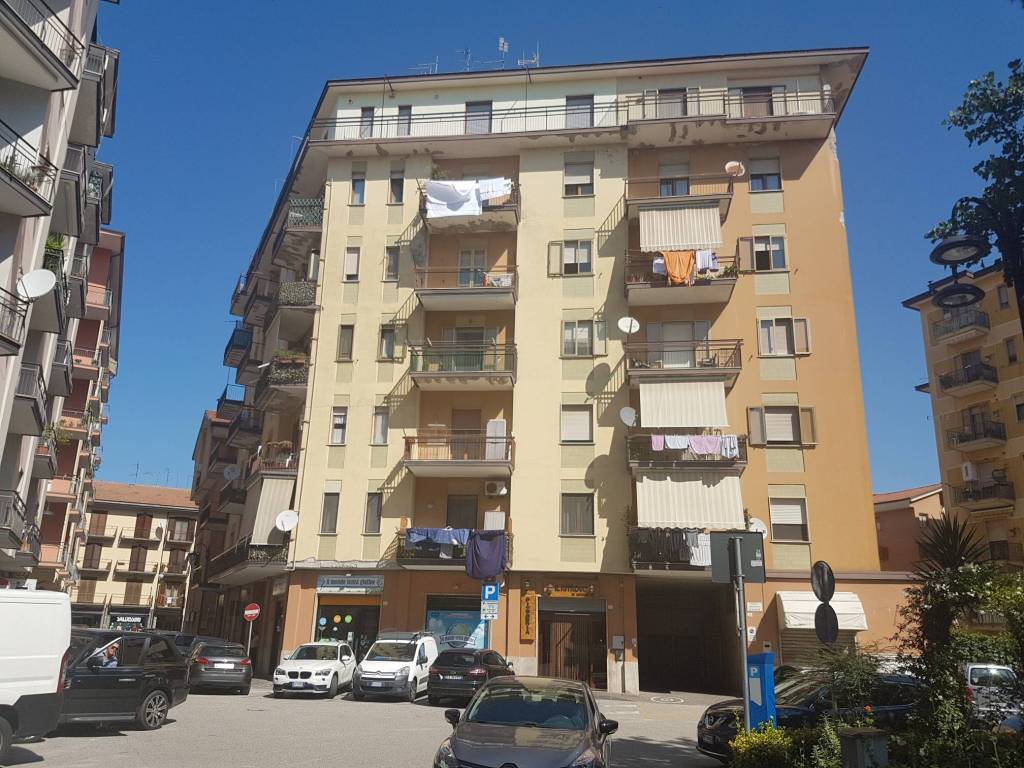 Appartamento di mq. 120 ( 4 vani e 2 accessori ) in centro.