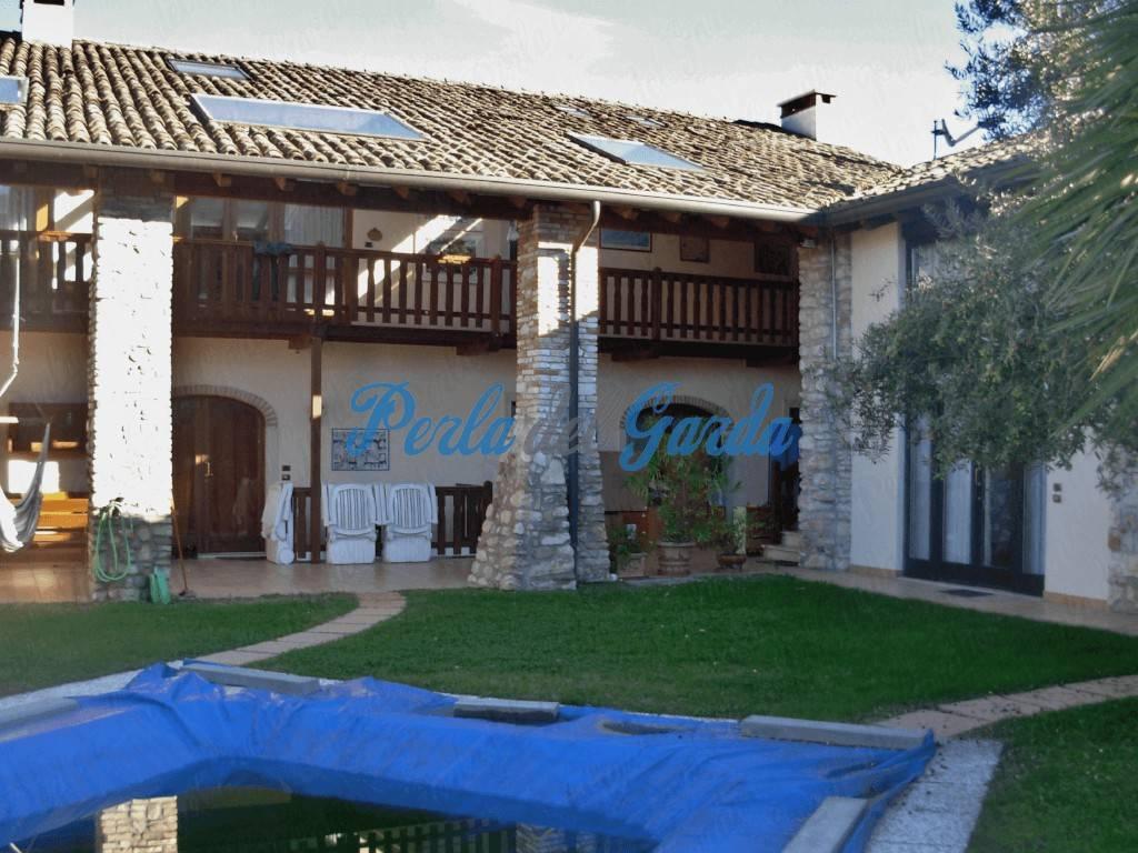145. Garda. Trilocale in residence con piscina.