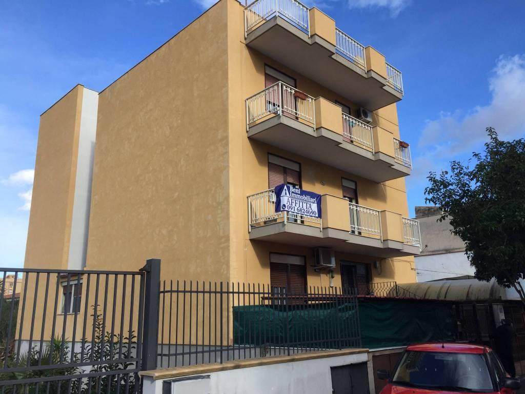 Appartamento in buone condizioni in affitto Rif. 9318094