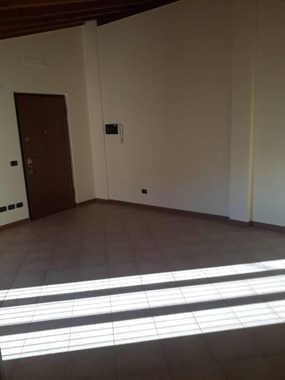 Appartamento in buone condizioni in affitto Rif. 9242084
