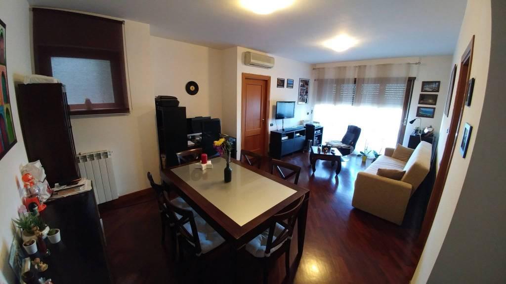 Appartamento in buone condizioni arredato in affitto Rif. 9225348