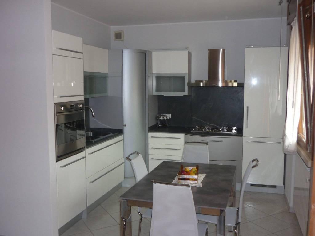 Appartamento parzialmente arredato in affitto Rif. 9240679