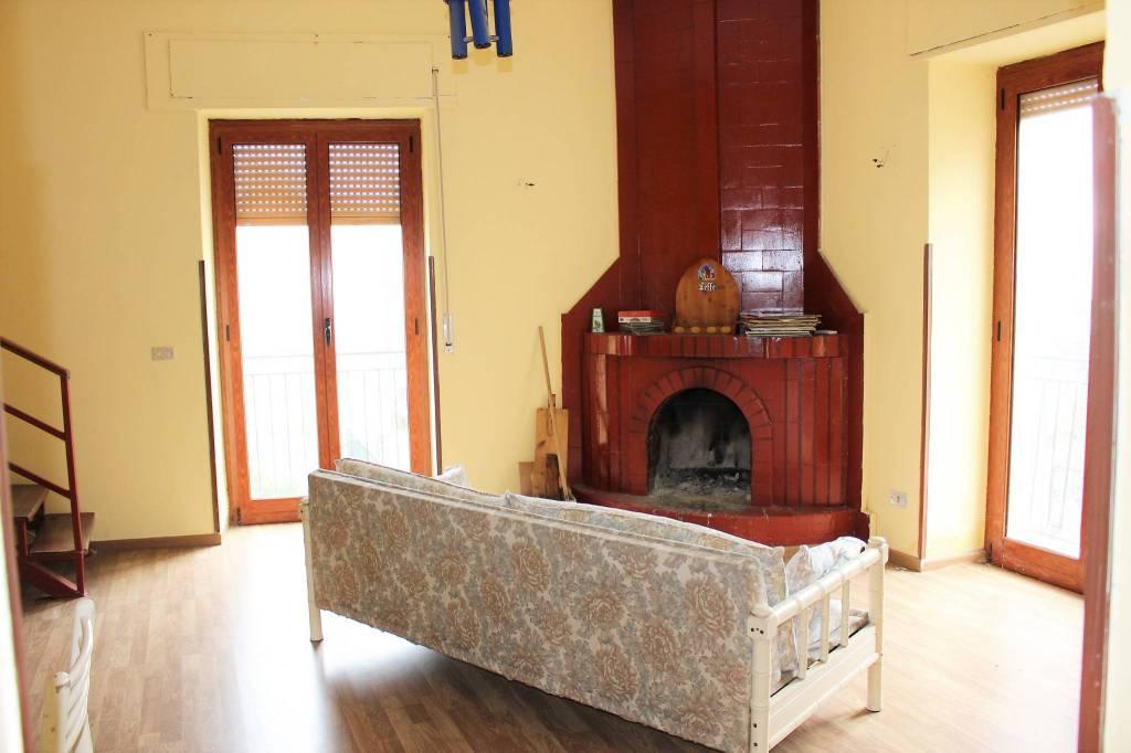Appartamento in buone condizioni arredato in affitto Rif. 9240349