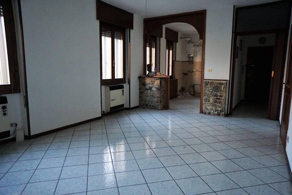 Appartamento in buone condizioni in vendita Rif. 9240234