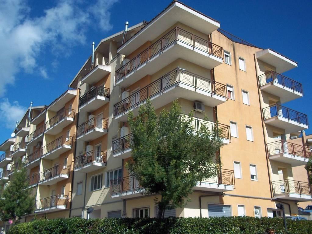 Appartamento in buone condizioni arredato in affitto Rif. 9243183