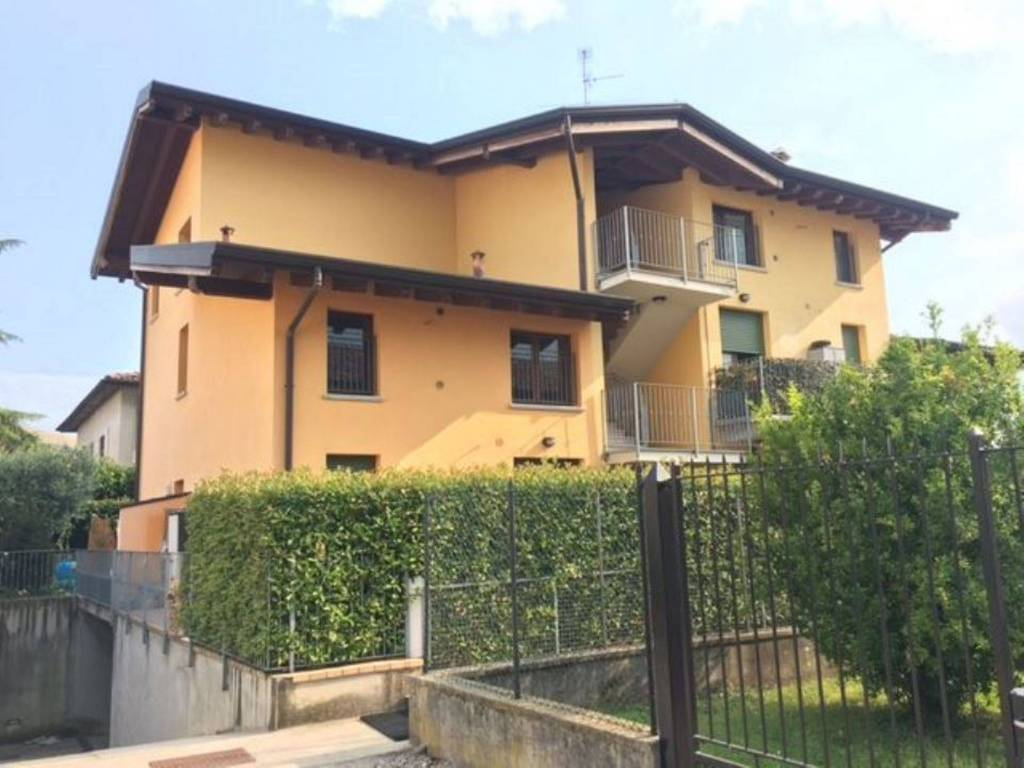 Appartamento in buone condizioni arredato in affitto Rif. 9242612