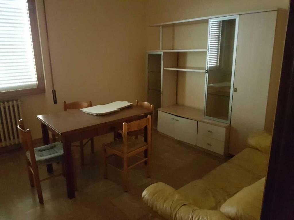 Appartamento in buone condizioni parzialmente arredato in affitto Rif. 9261363