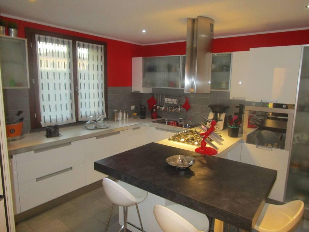 Appartamento in ottime condizioni parzialmente arredato in vendita Rif. 9262411