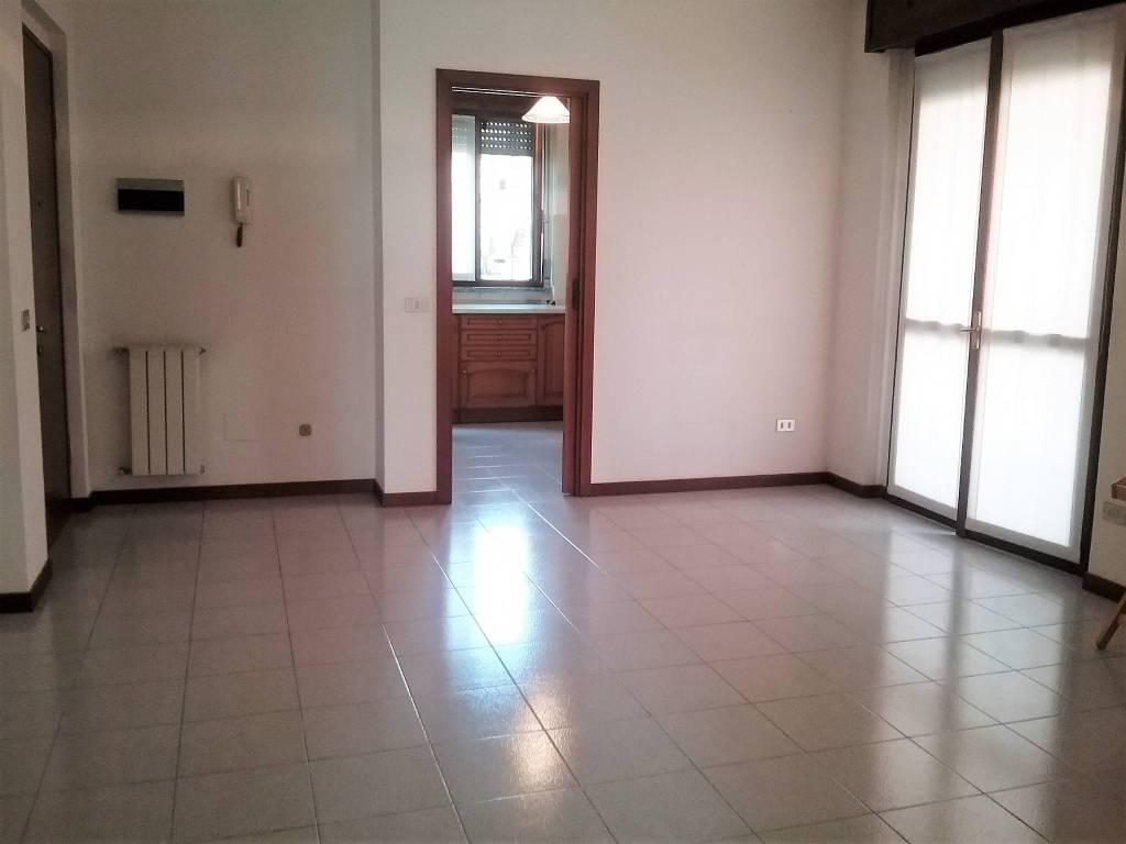 Appartamento in buone condizioni parzialmente arredato in affitto Rif. 9256509