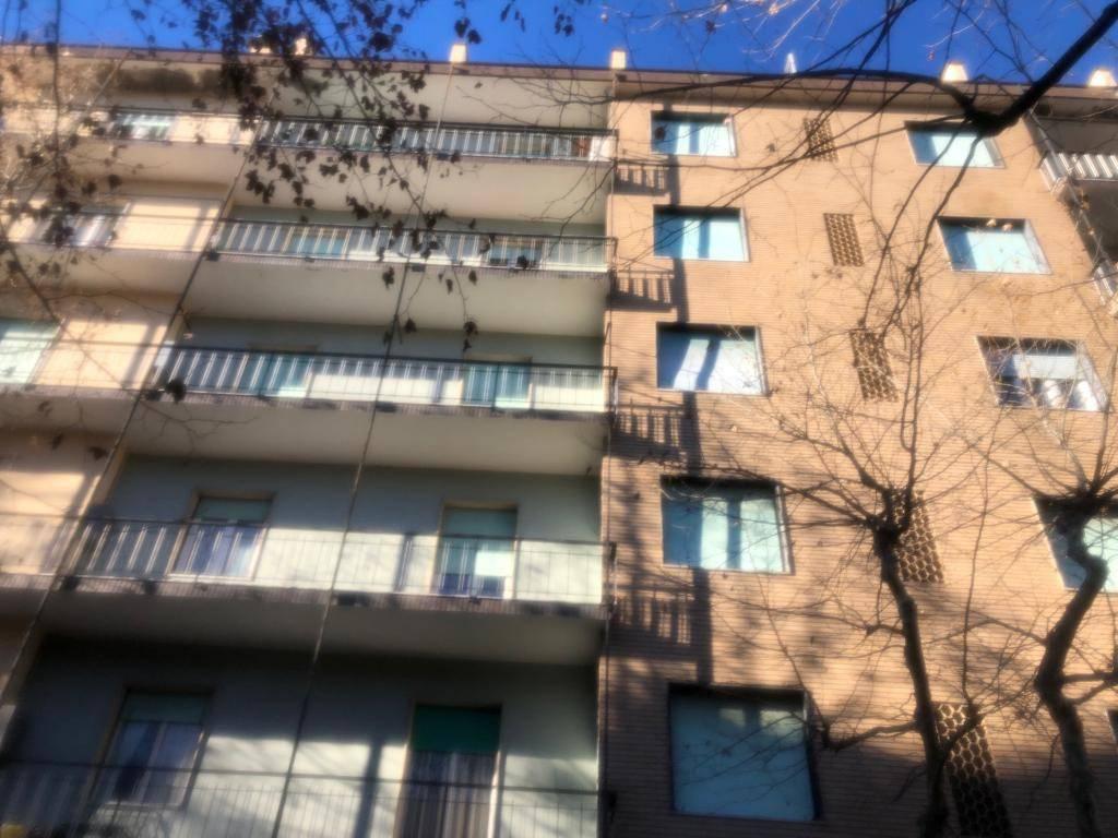Ovada appartamento con balconata e vista aperta.